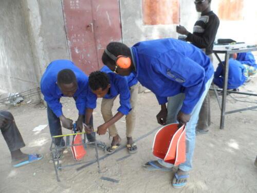 Création des tabourets de travail par les apprentis en soudure