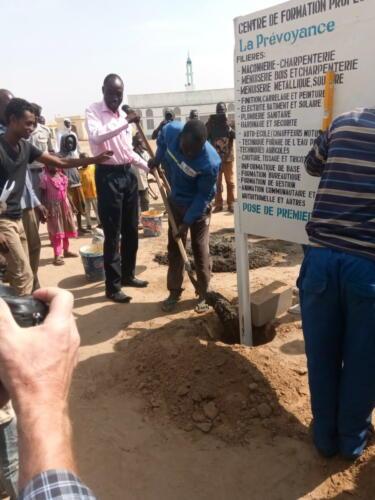 Scellement du panneau de chantier par le directeur de cabinet du gouverneur du Mayo-Kébbi Est