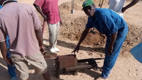 Premiers essais de fabrication des briques en terre crue pressées